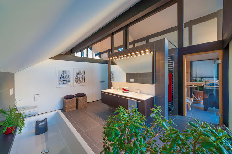 Bathroom by HUF HAUS GmbH u. Co. KG
