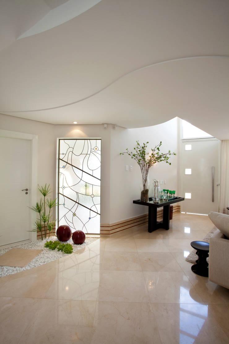 Casa Mercury: Corredores e halls de entrada  por Arquiteto Aquiles Nícolas Kílaris,Moderno