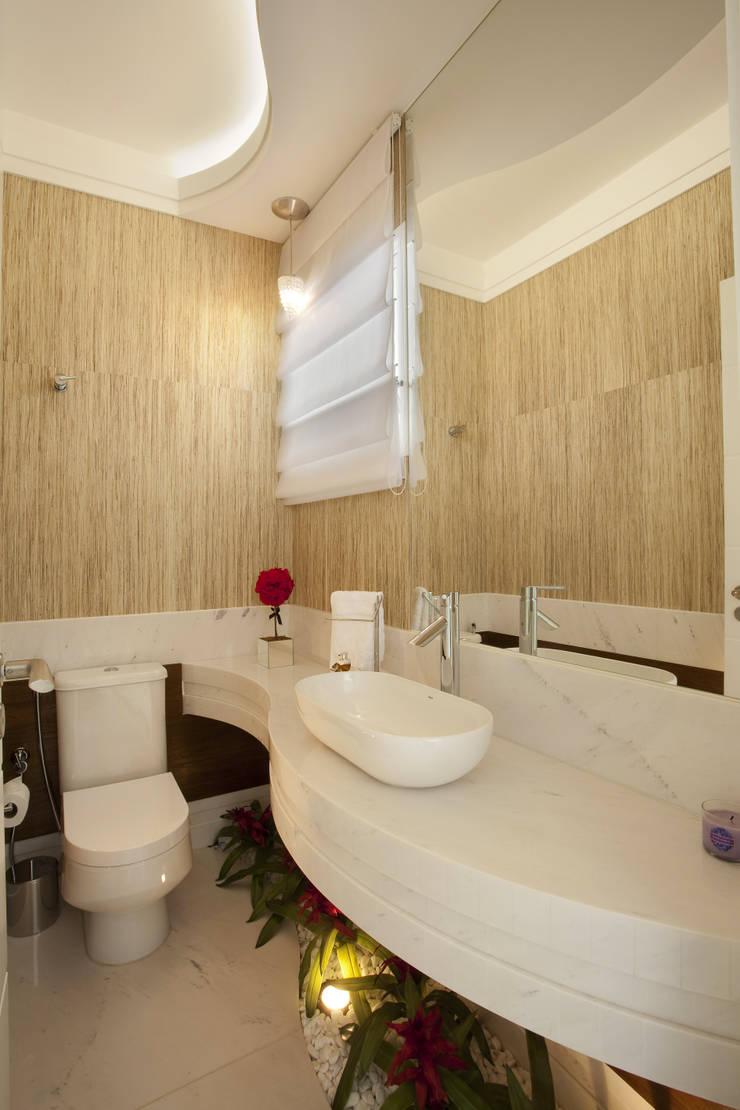 Casa Mercury: Banheiros  por Arquiteto Aquiles Nícolas Kílaris,Moderno