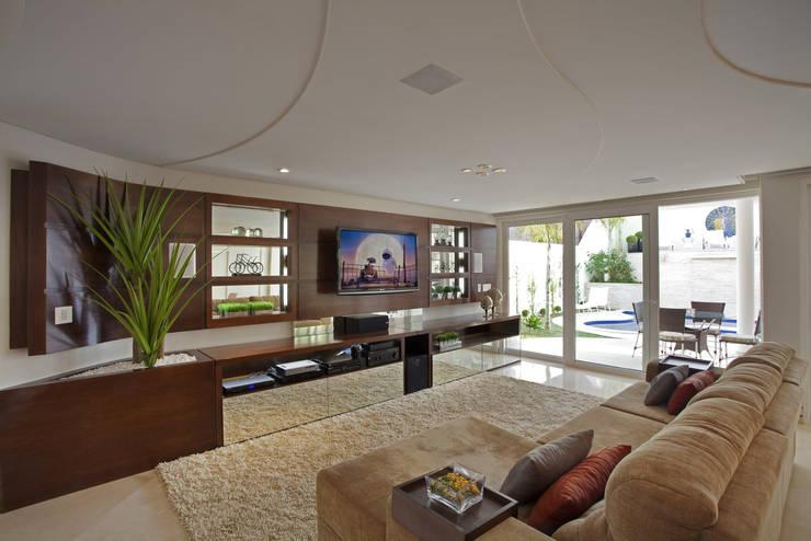 Casa Mercury: Salas multimídia modernas por Arquiteto Aquiles Nícolas Kílaris