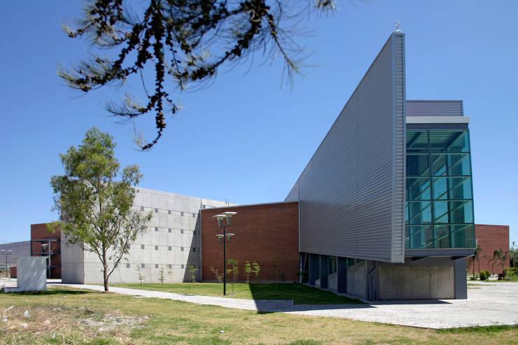 Tableta metálica de rampas: Escuelas de estilo  por LEAP Laboratorio en Arquitectura Progresiva
