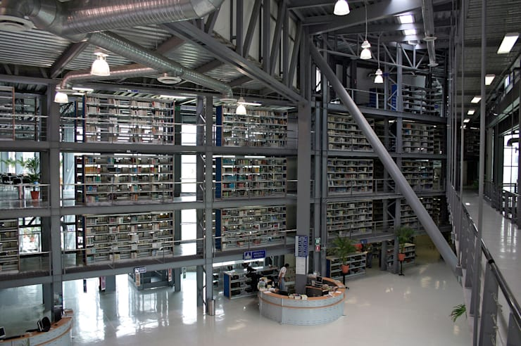 Lobby de ingreso y muro de libros: Escuelas de estilo  por LEAP Laboratorio en Arquitectura Progresiva