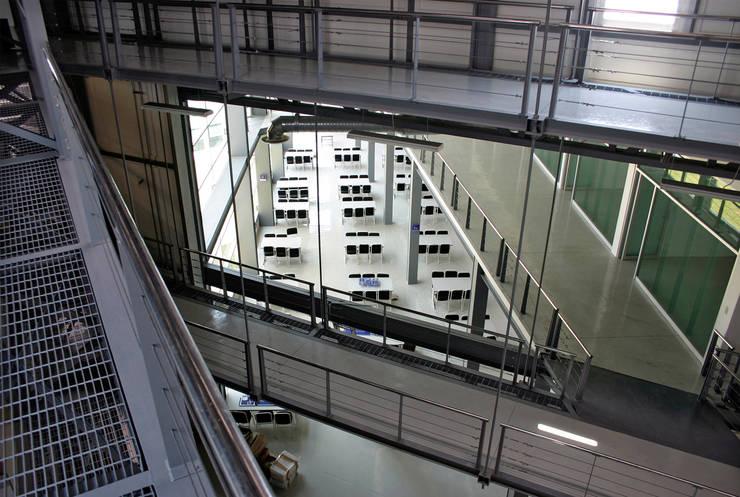 Pasillos colgantes: Escuelas de estilo  por LEAP Laboratorio en Arquitectura Progresiva