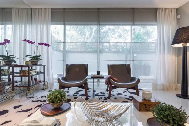 Poltronas Casa São Paulo: Sala de estar  por Vaiano e Rossetto Arquitetura e Interiores
