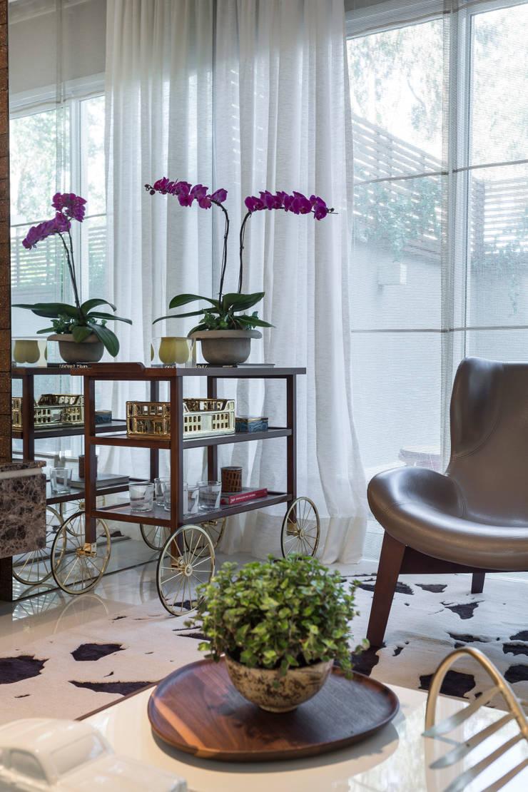 Casa São Paulo : Sala de estar  por Vaiano e Rossetto Arquitetura e Interiores