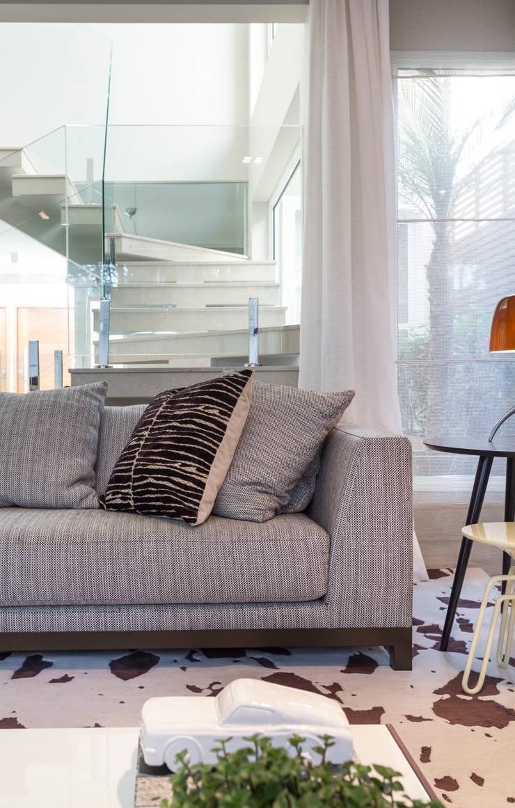 Sofá Lovers : Sala de estar  por Vaiano e Rossetto Arquitetura e Interiores