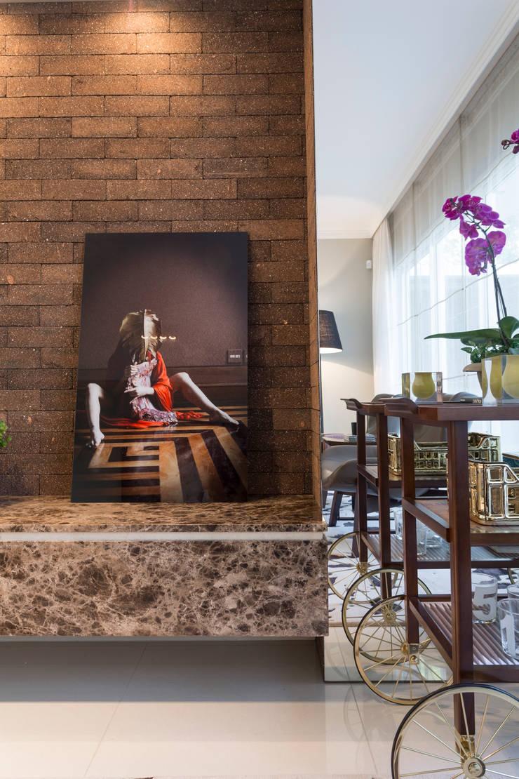 Detalhe revestimento parede: Parede e pavimento  por Vaiano e Rossetto Arquitetura e Interiores