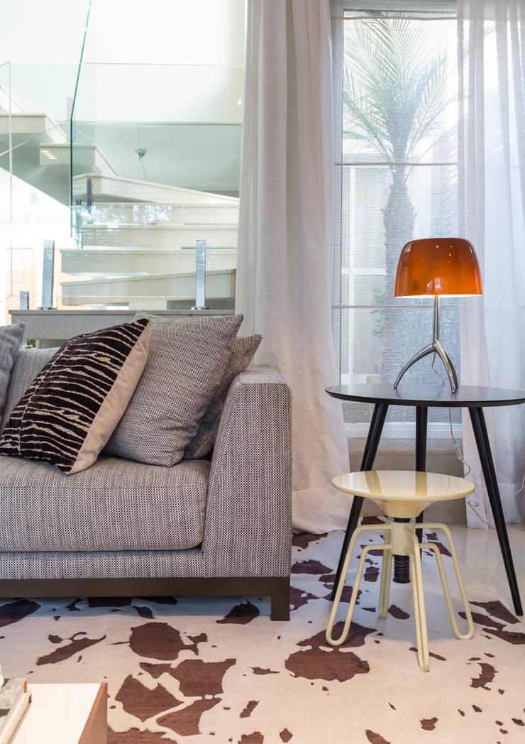 Lumiere: Sala de estar  por Vaiano e Rossetto Arquitetura e Interiores