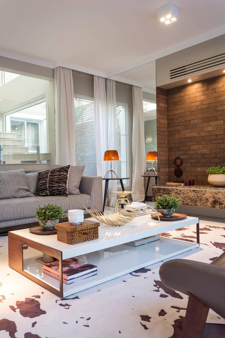 Mesa de centro - Casa São Paulo: Sala de estar  por Vaiano e Rossetto Arquitetura e Interiores