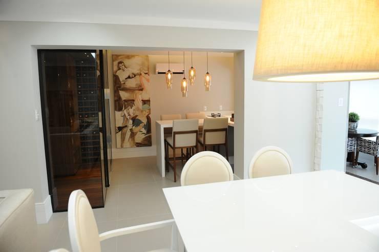 Apartamento elegante a beira mar: Salas de jantar  por Bruna Zappelini Arquitetura