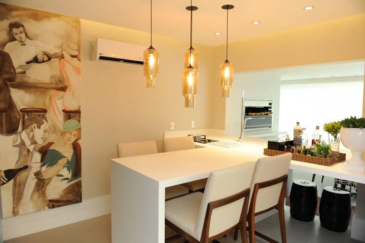 Apartamento elegante a beira mar: Cozinhas  por Bruna Zappelini Arquitetura