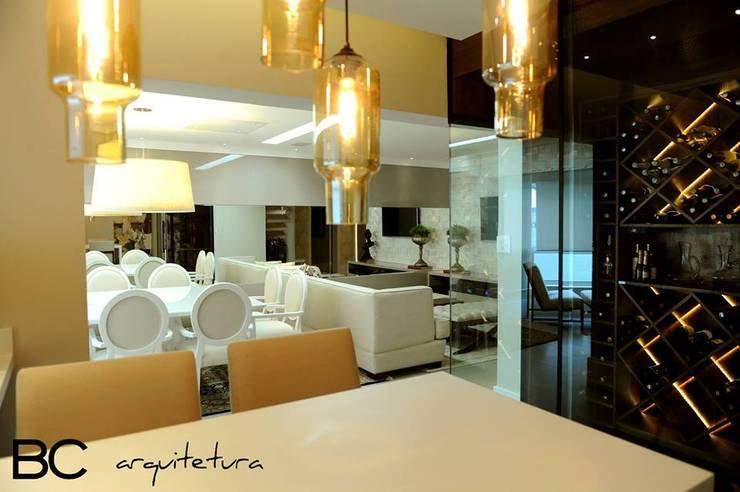 Apartamento elegante a beira mar: Salas de estar  por Bruna Zappelini Arquitetura