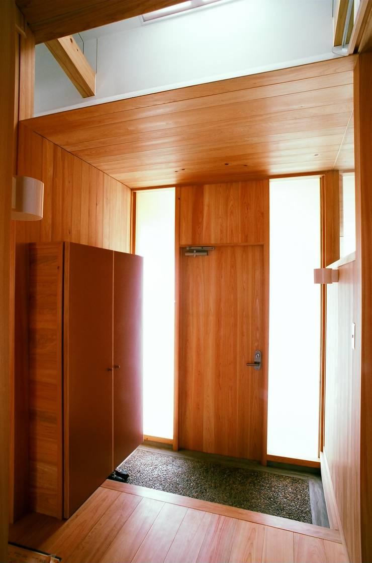 玄関: katachitochikaraが手掛けた廊下 & 玄関です。