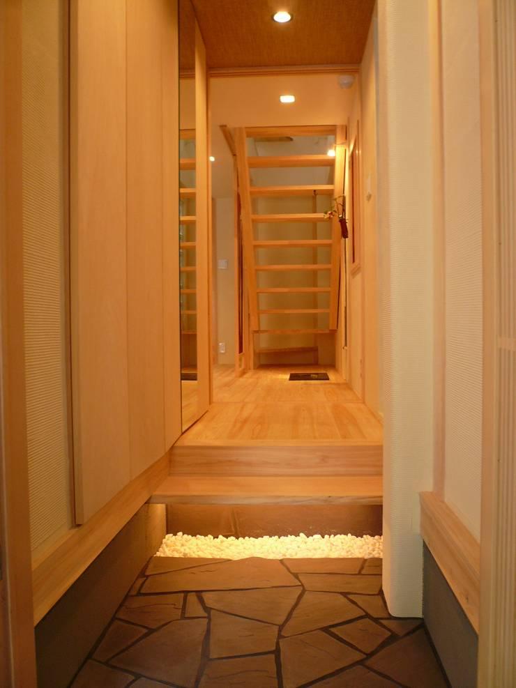 伏見の家: 西川真悟建築設計が手掛けた廊下 & 玄関です。