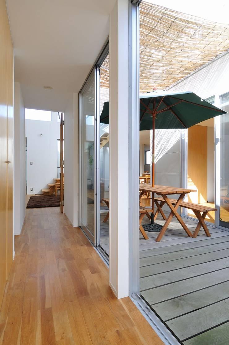 deco-boco: 岡村泰之建築設計事務所が手掛けた廊下 & 玄関です。