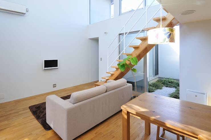 deco-boco: 岡村泰之建築設計事務所が手掛けたリビングです。