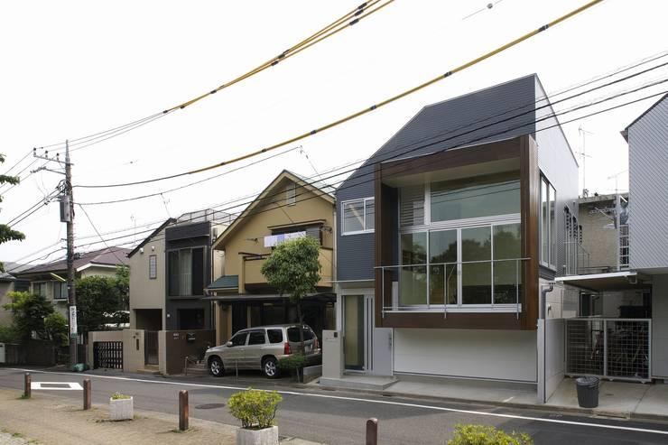 in the park: 岡村泰之建築設計事務所が手掛けた家です。,モダン