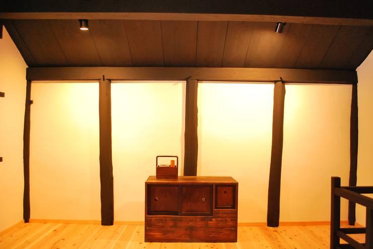 長等の蔵Renovation: 西川真悟建築設計が手掛けた寝室です。