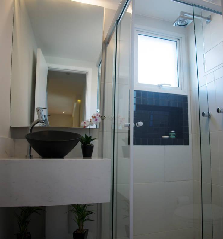 Banheiro social: Banheiros  por Nataly Aguiar Interiores