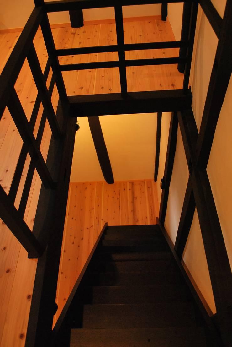 長等の蔵Renovation: 西川真悟建築設計が手掛けた廊下 & 玄関です。