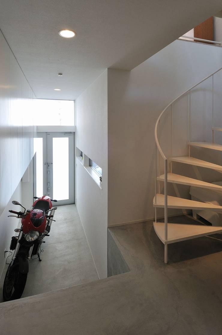 light-form: 岡村泰之建築設計事務所が手掛けた廊下 & 玄関です。