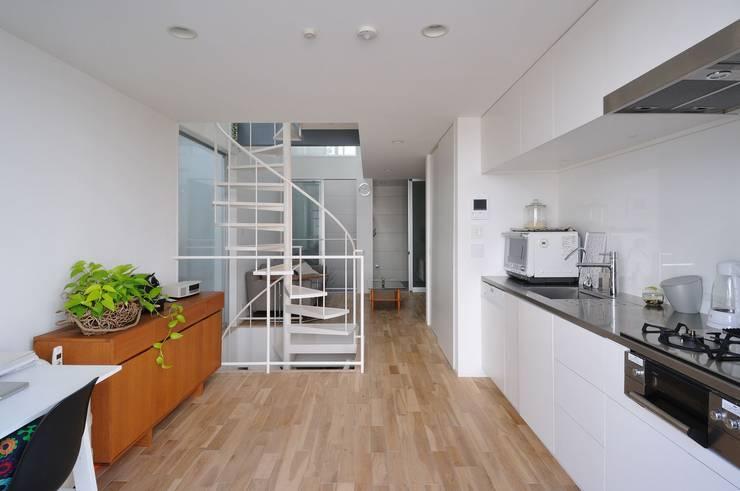 light-form: 岡村泰之建築設計事務所が手掛けたキッチンです。