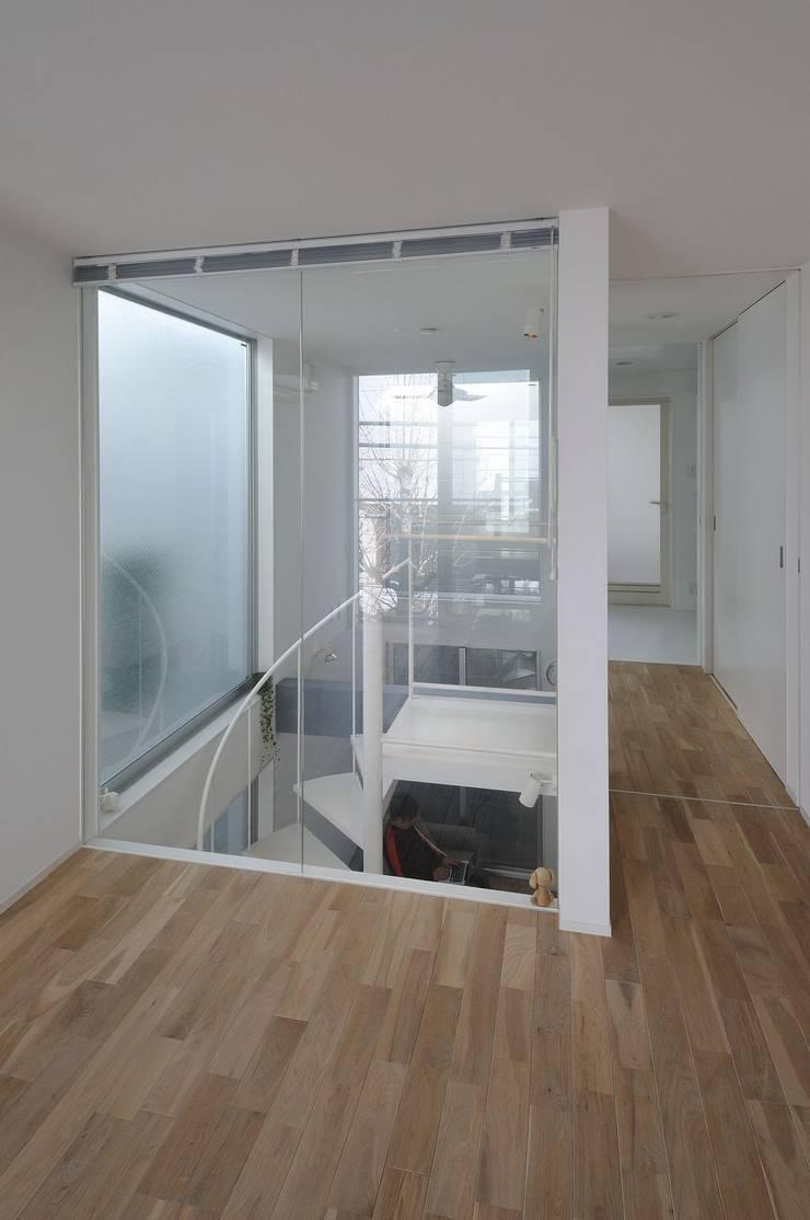light-form: 岡村泰之建築設計事務所が手掛けた寝室です。