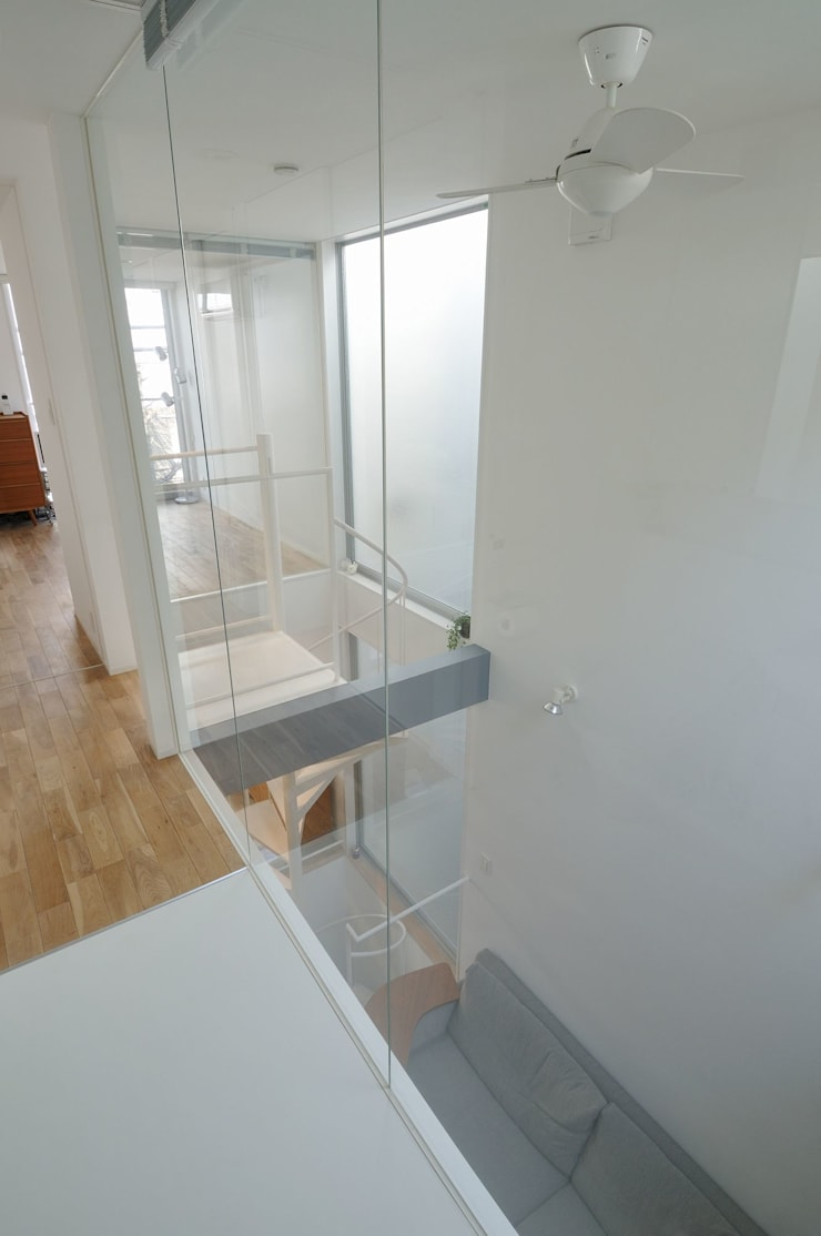 light-form: 岡村泰之建築設計事務所が手掛けたリビングです。