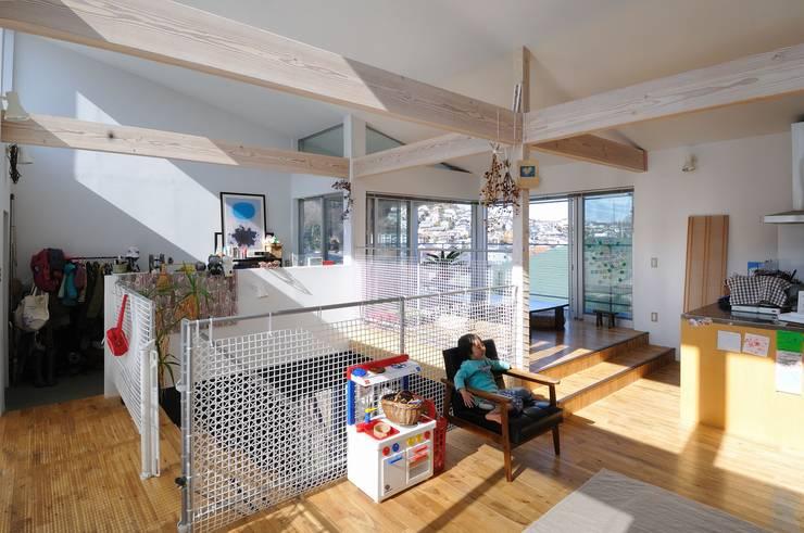 light-scape: 岡村泰之建築設計事務所が手掛けたリビングです。