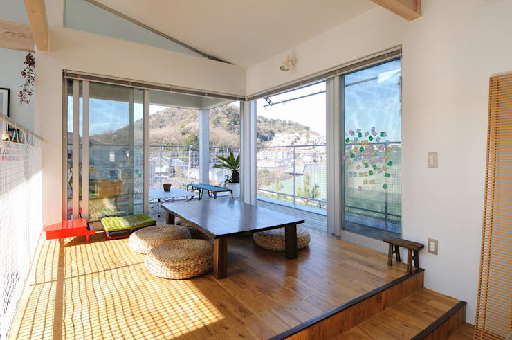 light-scape: 岡村泰之建築設計事務所が手掛けたダイニングです。