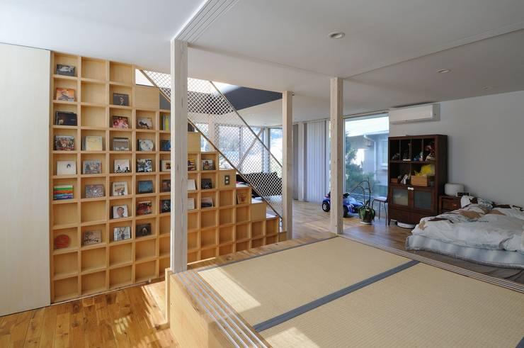 light-scape: 岡村泰之建築設計事務所が手掛けた寝室です。