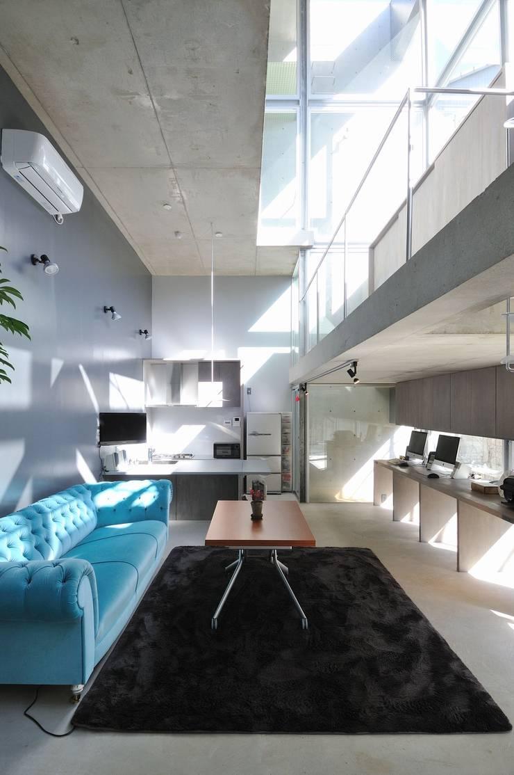 light-phase: 岡村泰之建築設計事務所が手掛けたリビングです。