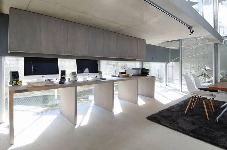 light-phase: 岡村泰之建築設計事務所が手掛けた書斎です。