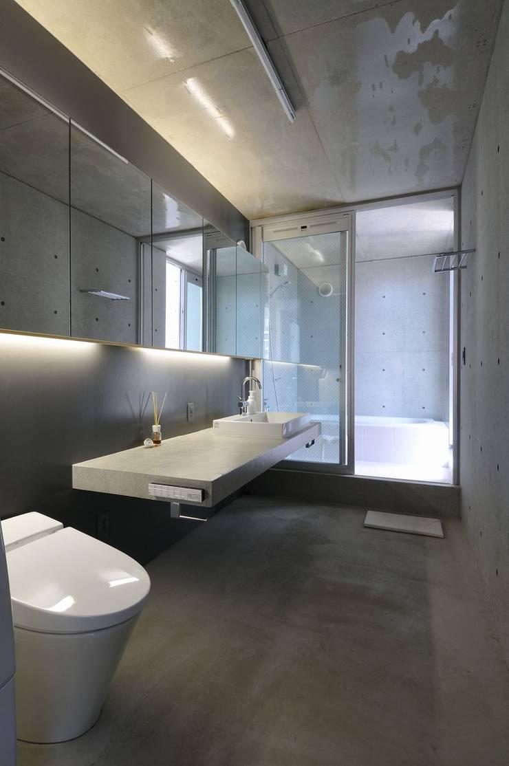 light-phase: 岡村泰之建築設計事務所が手掛けた浴室です。