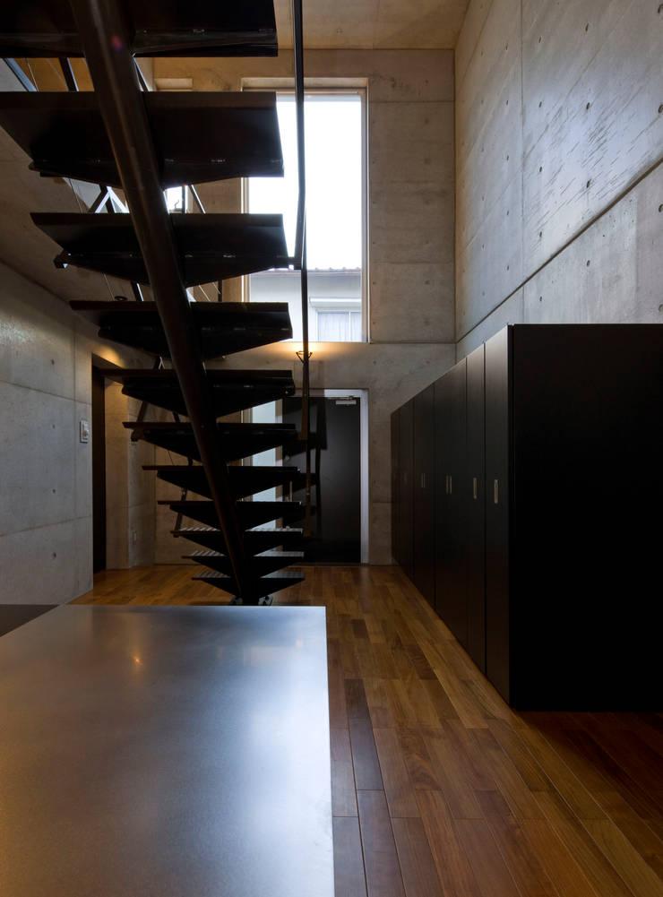 box house モダンスタイルの 玄関&廊下&階段 の 髙岡建築研究室 モダン