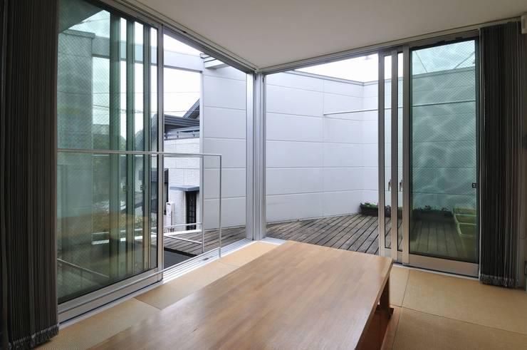 en: 岡村泰之建築設計事務所が手掛けたリビングです。