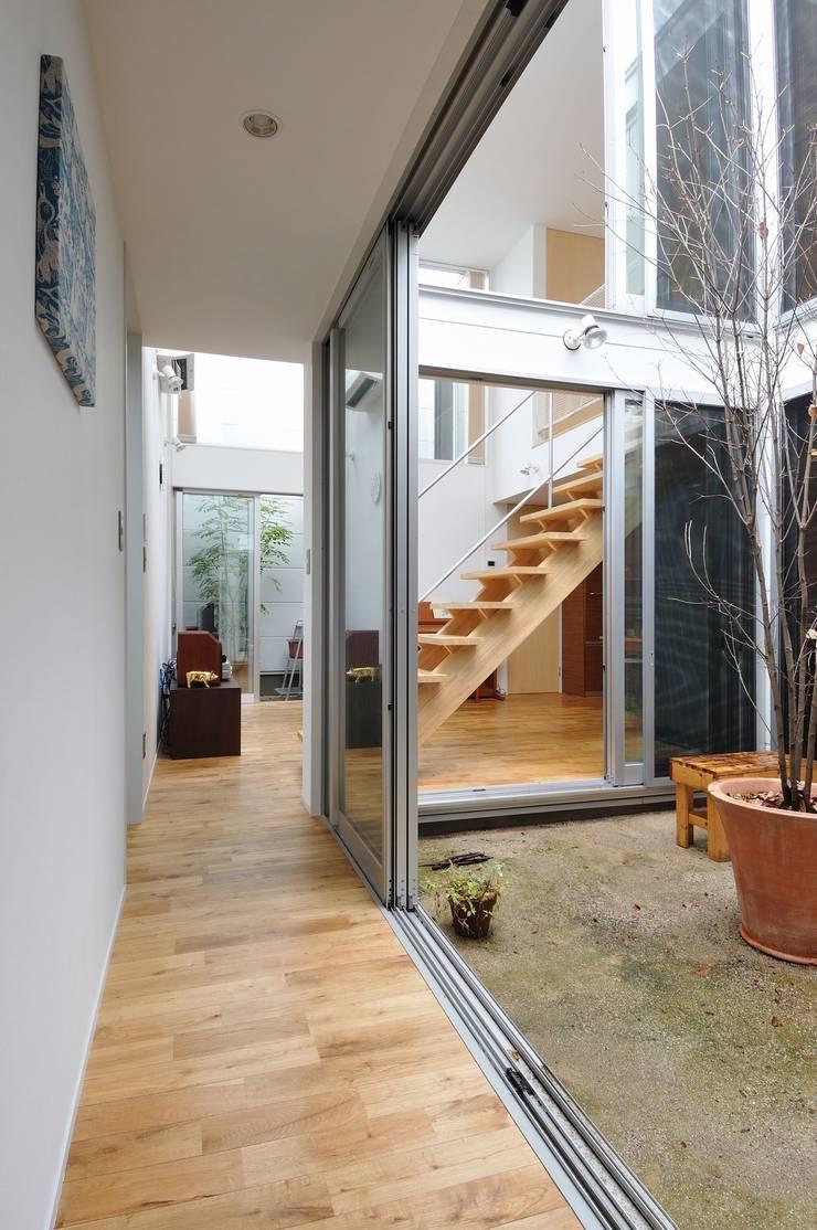 logi-c: 岡村泰之建築設計事務所が手掛けた廊下 & 玄関です。,モダン
