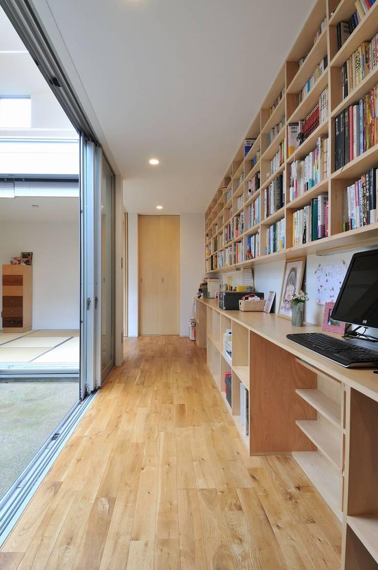 logi-c: 岡村泰之建築設計事務所が手掛けた書斎です。,モダン
