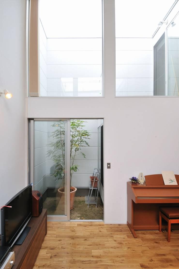 logi-c: 岡村泰之建築設計事務所が手掛けたリビングです。,モダン