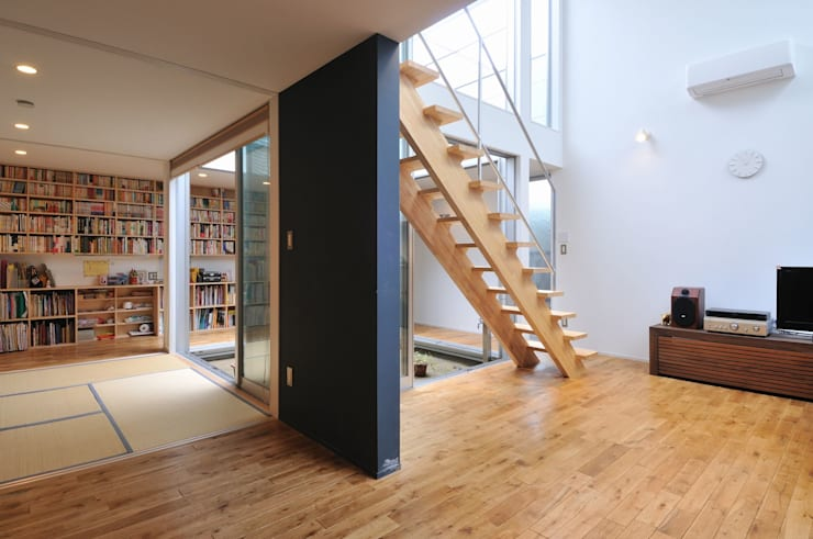 Livings de estilo  por 岡村泰之建築設計事務所
