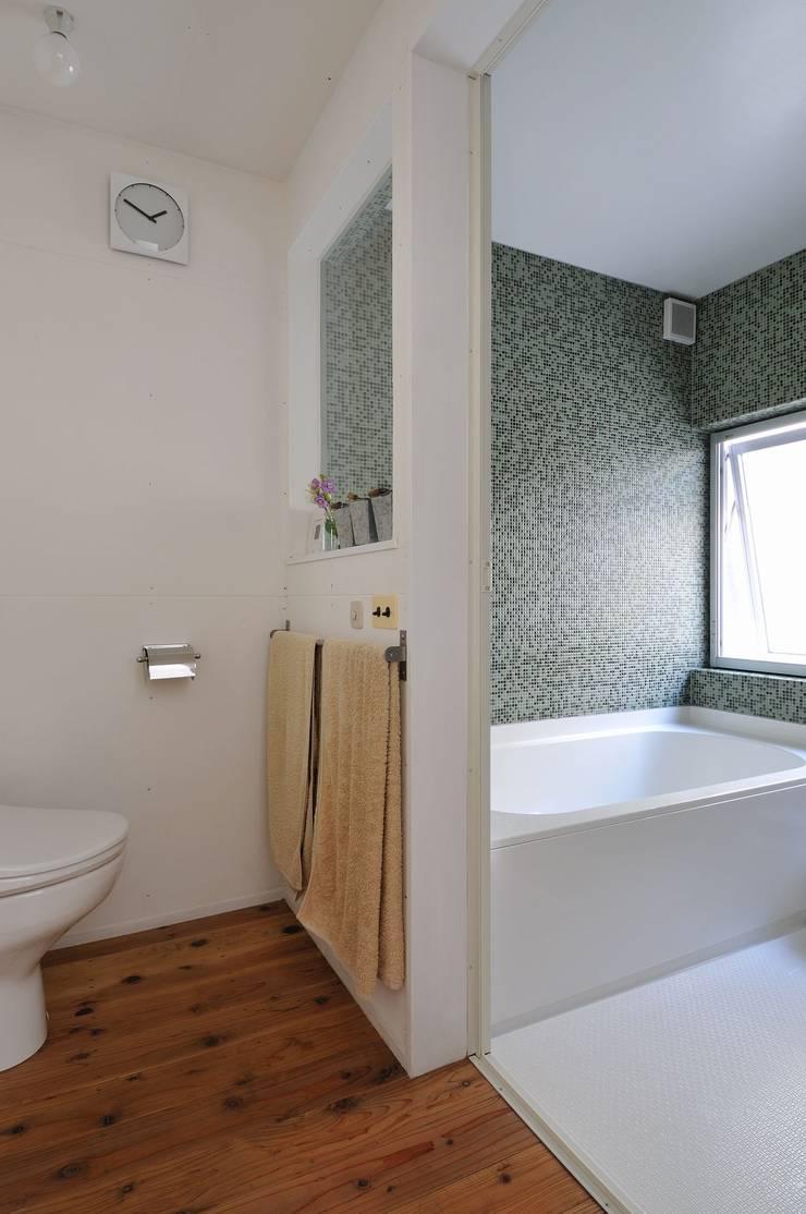good-shelf: 岡村泰之建築設計事務所が手掛けた浴室です。