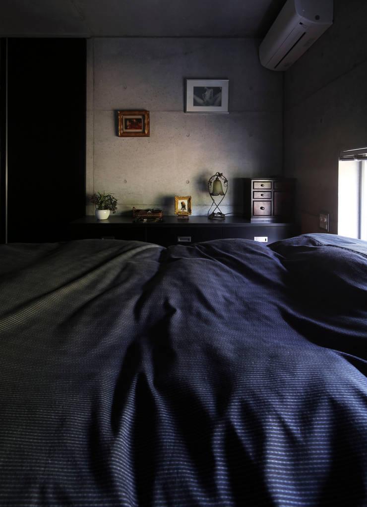 box house モダンスタイルの寝室 の 髙岡建築研究室 モダン