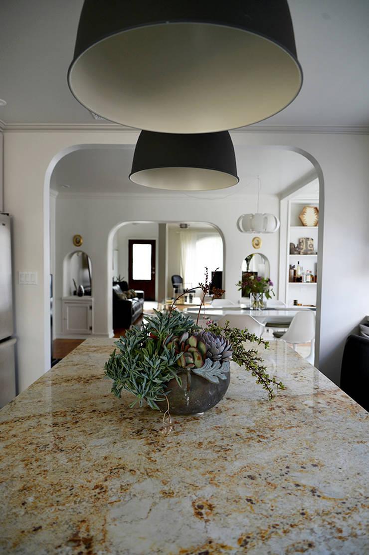 Rejuvenation Project, Los Angeles CA 2014: Cocinas de estilo  por Erika Winters® Design