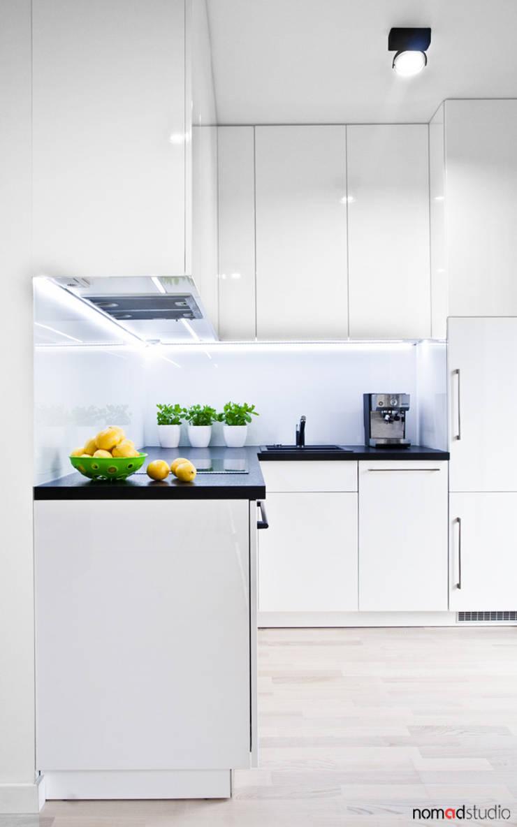 czarno - biała kawalerka: styl , w kategorii Kuchnia zaprojektowany przez nomad studio,