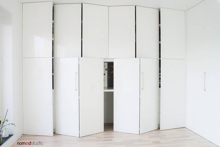 czarno - biała kawalerka: styl , w kategorii Domowe biuro i gabinet zaprojektowany przez nomad studio,