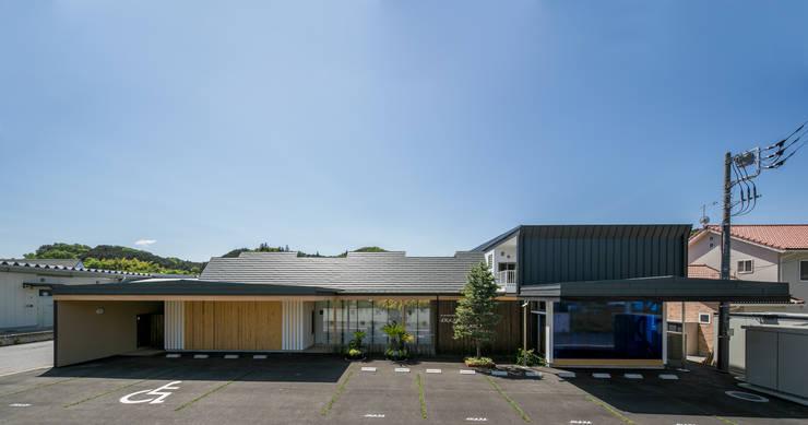 北側外観: 有限会社加々美明建築設計室が手掛けた商業空間です。,