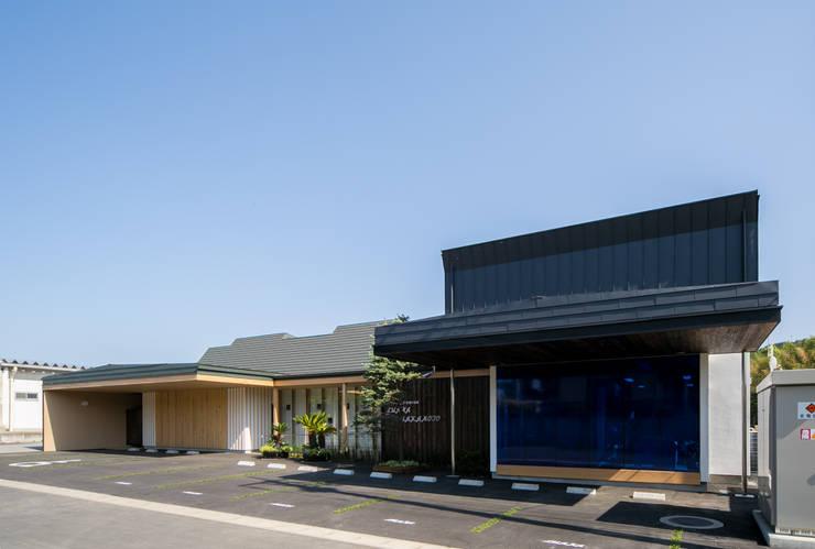 北側エントランス、アプローチ部分: 有限会社加々美明建築設計室が手掛けた商業空間です。,