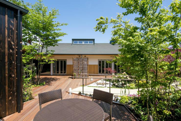 皆の中庭とデッキ: 有限会社加々美明建築設計室が手掛けた庭です。,