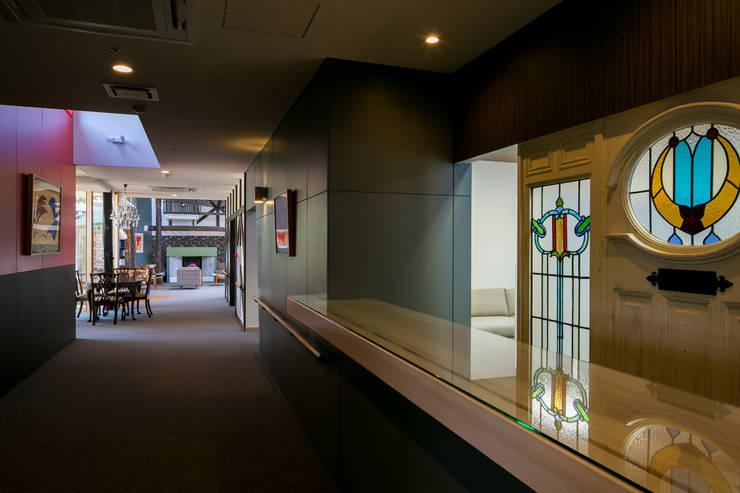 エントランス、コンシェルジェが対応する受付: 有限会社加々美明建築設計室が手掛けた商業空間です。,