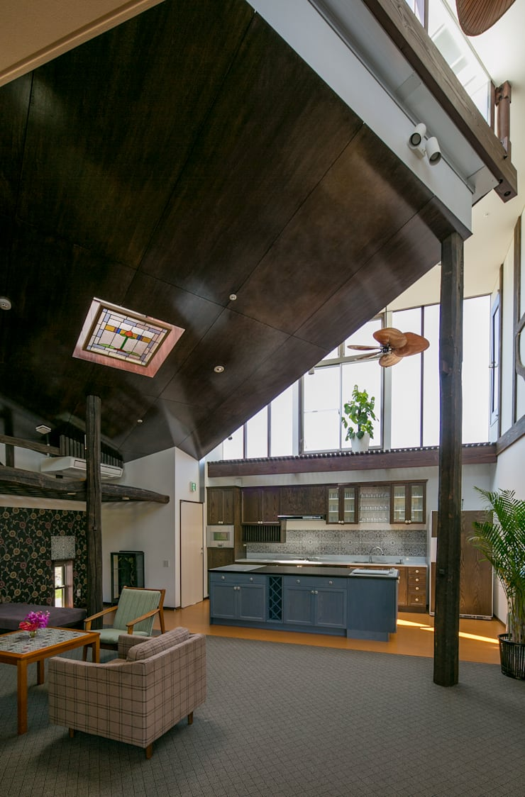 キッチンとリビング: 有限会社加々美明建築設計室が手掛けたキッチンです。,